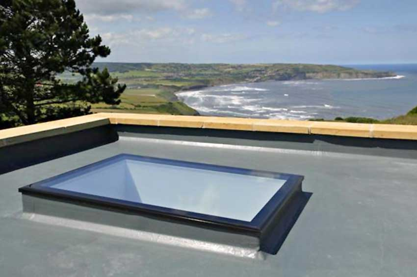 Fixed flat roof light